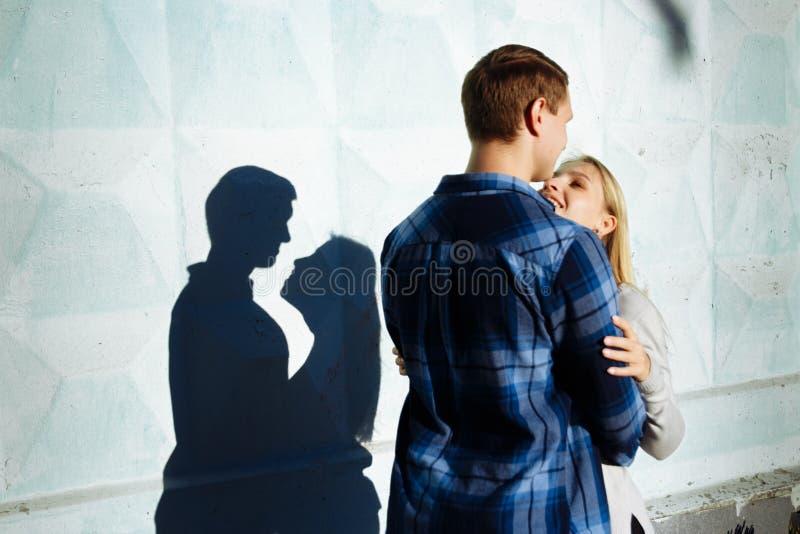 Sombra de beijo dos pares a sombra de um par, entre um homem e uma mulher, abraço do beijo perfil, silhueta fotos de stock