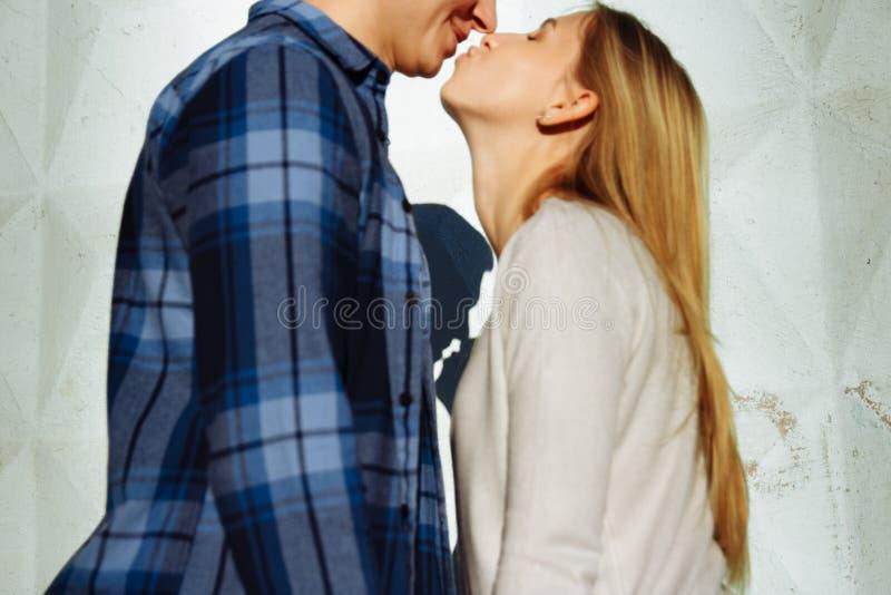 Sombra de beijo dos pares a sombra de um par, entre um homem e uma mulher, abraço do beijo perfil, silhueta foto de stock