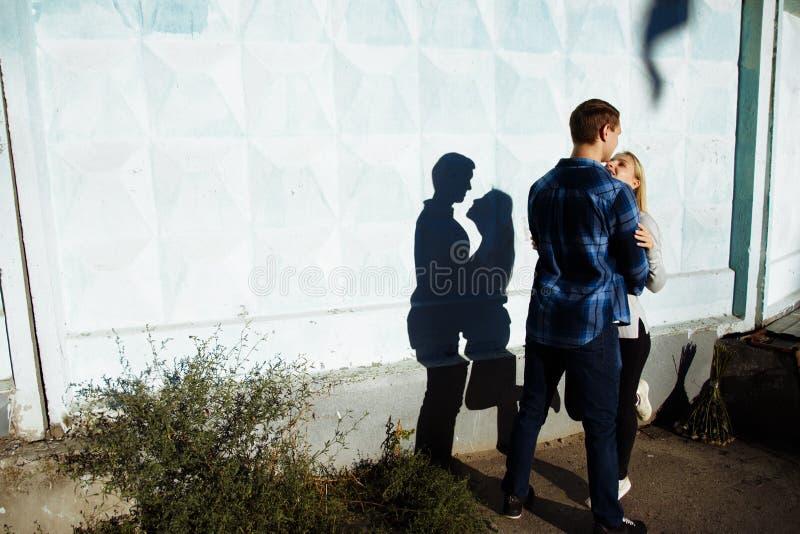 Sombra de beijo dos pares a sombra de um par, entre um homem e uma mulher, abraço do beijo perfil, silhueta fotografia de stock royalty free
