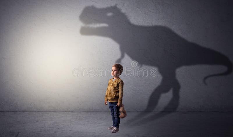 Sombra de Dinosaurus atr?s do menino bonito fotografia de stock royalty free