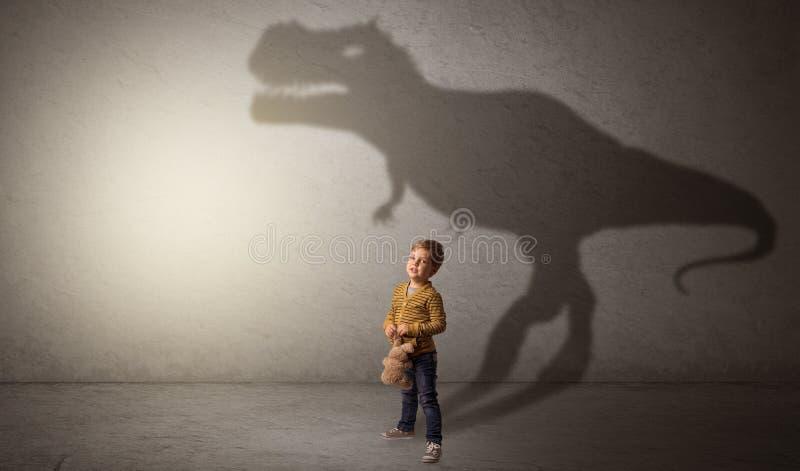 Sombra de Dinosaurus atr?s do menino bonito foto de stock royalty free