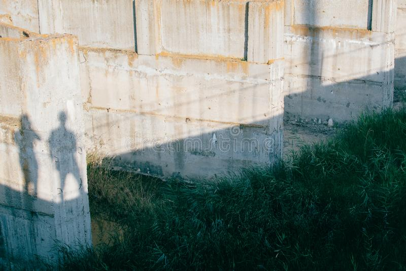 Sombra de duas pessoas na estrutura concreta fotografia de stock royalty free