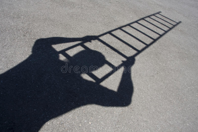 Sombra de la escala que sube del hombre foto de archivo libre de regalías