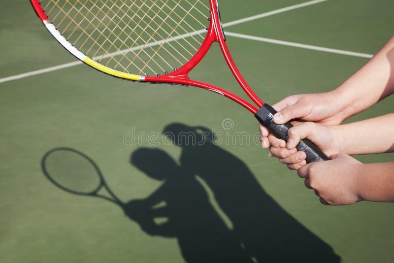 Sombra de la madre y de la hija que juegan a tenis foto de archivo libre de regalías