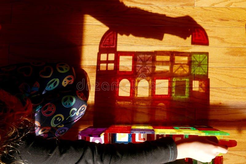 Sombra de la muchacha que juega con las unidades de creación coloridas foto de archivo