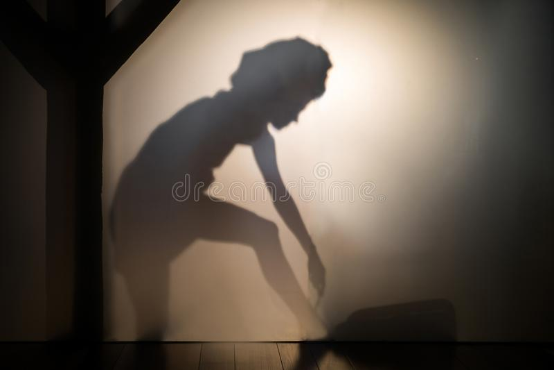 Sombra de la mujer que afeita sus piernas foto de archivo libre de regalías