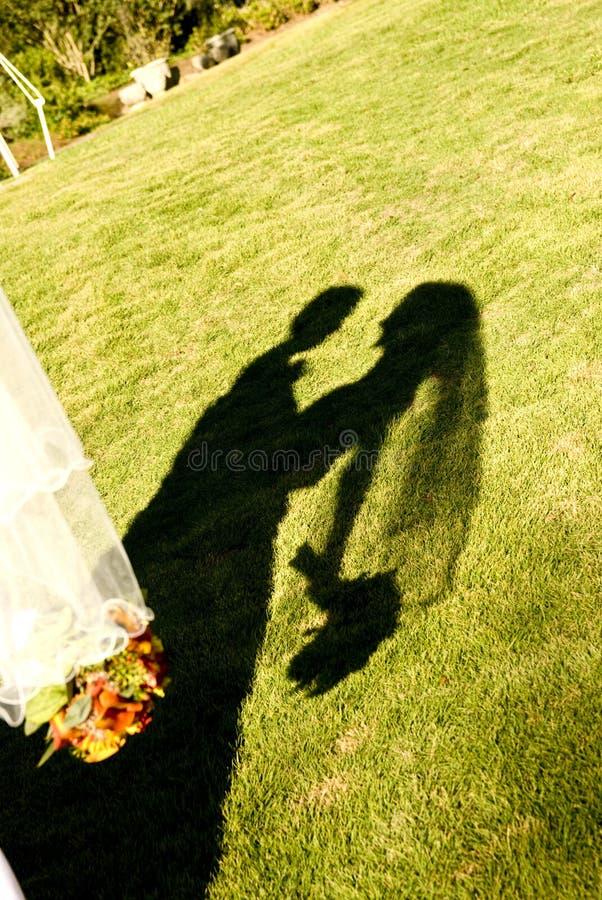 Sombra de la novia y del novio fotografía de archivo libre de regalías