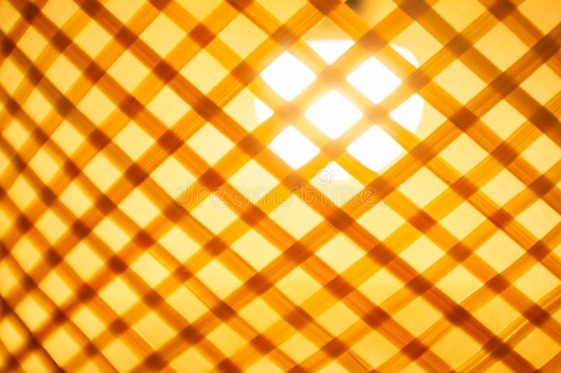 Sombra de madera interior que brilla intensamente de la bombilla imagen de archivo