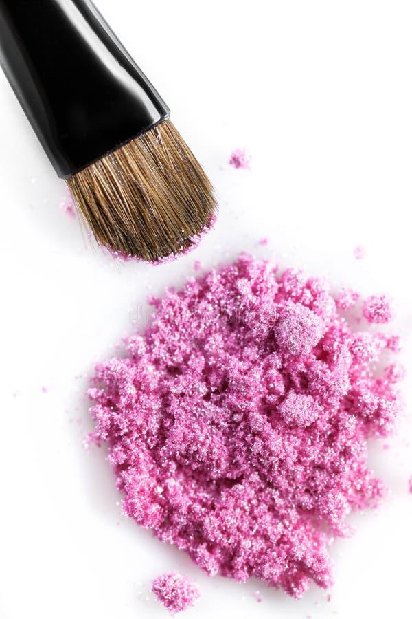Sombra de ojos quebrada y cepillo rosados aislados en el fondo blanco imagen de archivo libre de regalías
