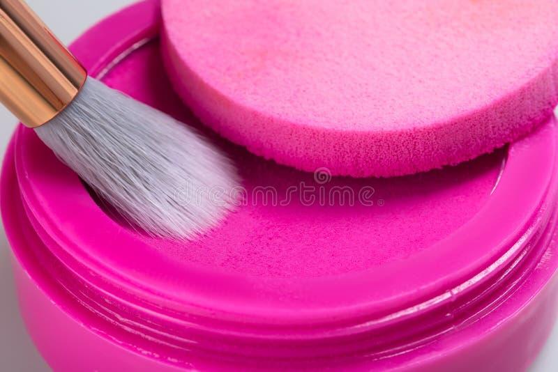 Sombra de ojos rosada brillante para aplicar el maquillaje en los párpados con un cepillo, primer fotos de archivo