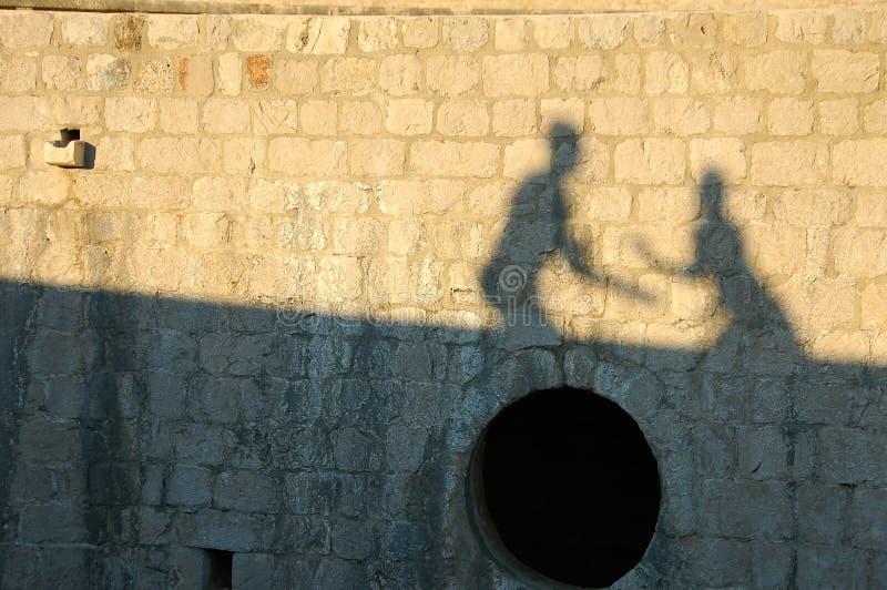 Sombra de pares felices en la pared imagen de archivo