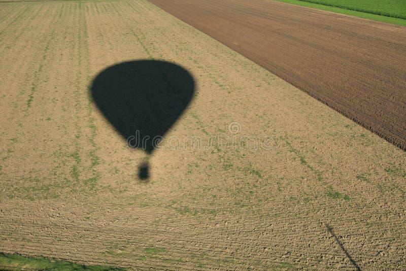 Sombra de um balão ar morno/quente sobre os campos fotos de stock