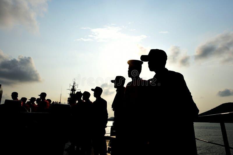 A sombra de um homem que est? em seguido no meio do barco fotografia de stock