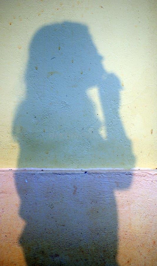 Sombra de uma menina na parede fotografia de stock royalty free