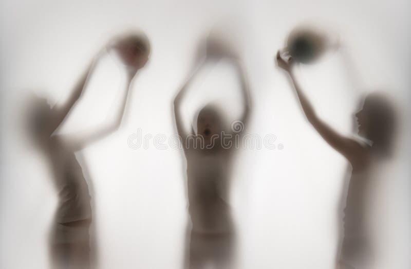 Sombra de una muchacha detrás del papel transparente fotos de archivo