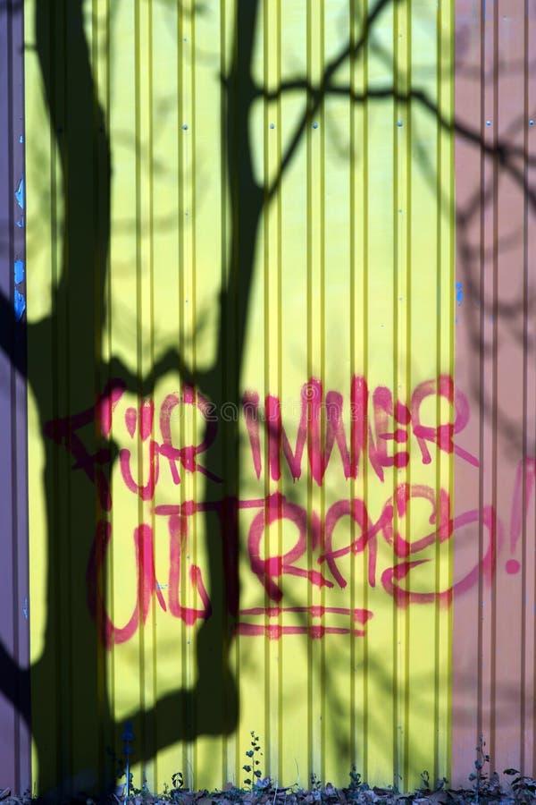 Sombra del árbol al lado del lema imagenes de archivo