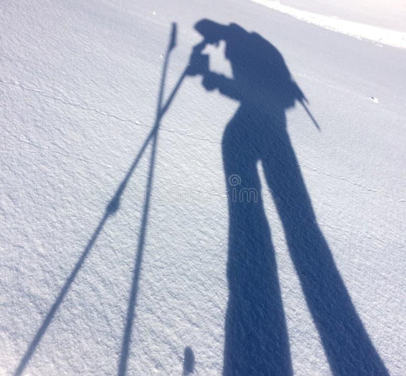 Sombra del caminante en la nieve fotos de archivo libres de regalías