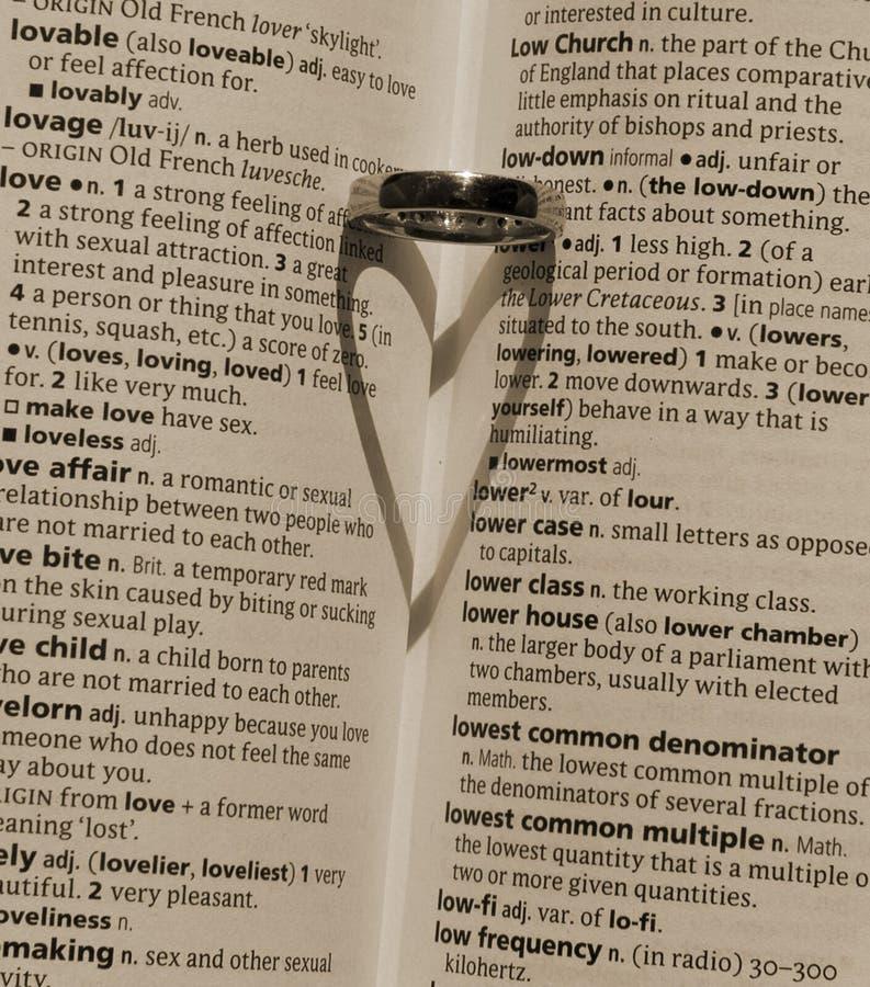 Sombra del corazón echada por una alianza de boda fotos de archivo libres de regalías