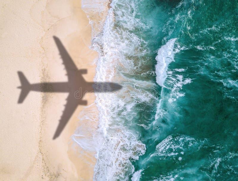 A sombra do avião sobre a praia fotografia de stock