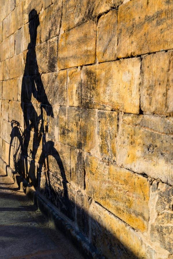 Sombra do ciclista em uma parede imagem de stock royalty free