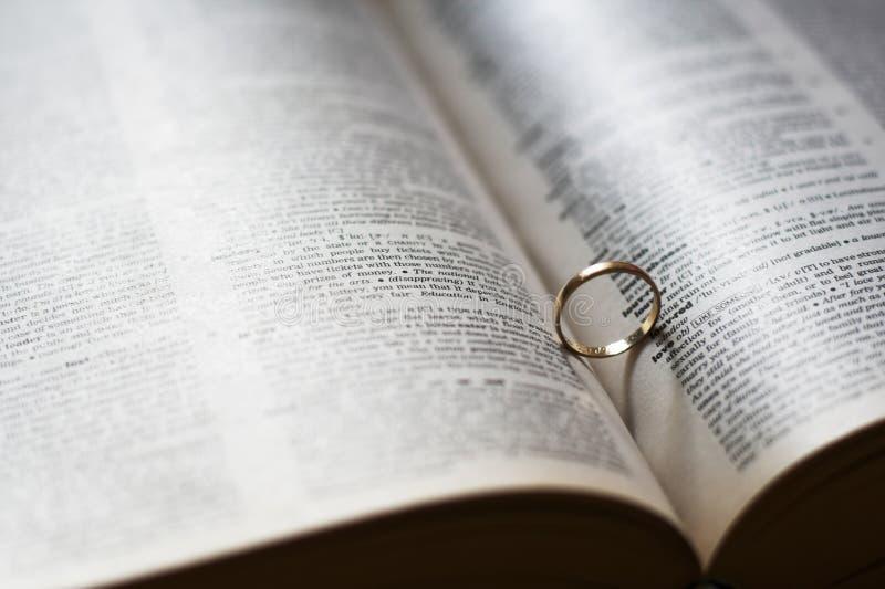 Sombra do coração do anel de casamento foto de stock royalty free