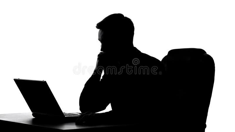 Sombra do homem de negócios virado que olha a tela do portátil, lendo a mensagem do chefe fotos de stock royalty free