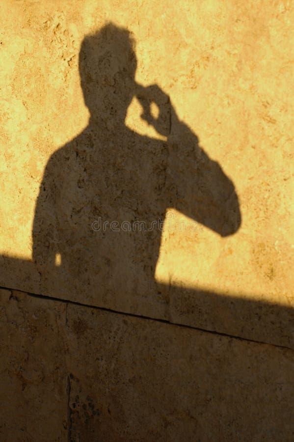 Sombra do homem no telefone imagem de stock royalty free