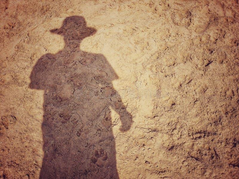 Sombra do homens na praia da areia fotos de stock royalty free