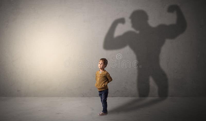 Sombra do Muscleman atr?s do rapaz pequeno waggish foto de stock