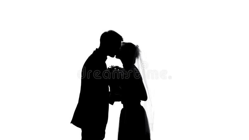 Sombra do noivo e da noiva que beija durante a cerimônia de casamento, dia romântico, acoplamento foto de stock