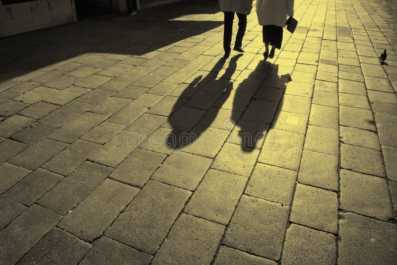 Sombra do passeio maduro dos pares fotos de stock royalty free