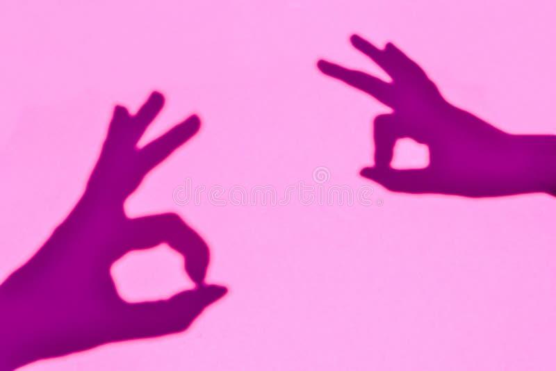 Sombra do sinal APROVADO simbólico criado com as mãos humanas foto de stock royalty free