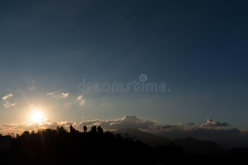 A sombra dos povos que esperam o sol da manhã imagem de stock royalty free