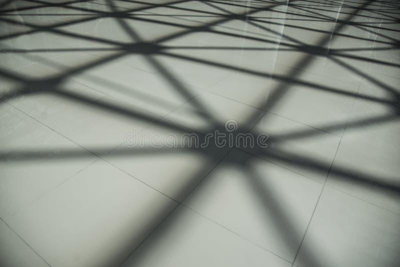 Sombra en el piso del techo del tejado de la estructura de acero hecho del metal y del vidrio fotos de archivo