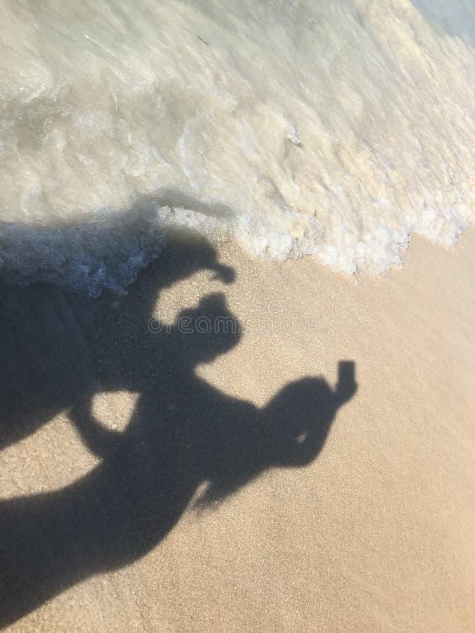 Sombra en la playa imagenes de archivo
