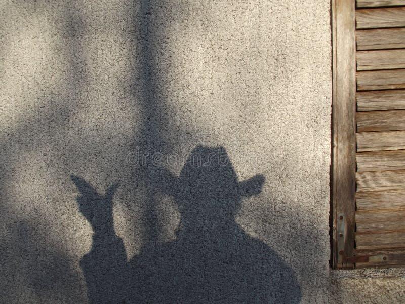 Sombra en una pared que parece un vaquero imagen de archivo