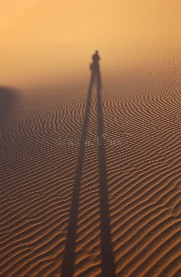 Sombra humana en el desierto de Sáhara imagen de archivo libre de regalías