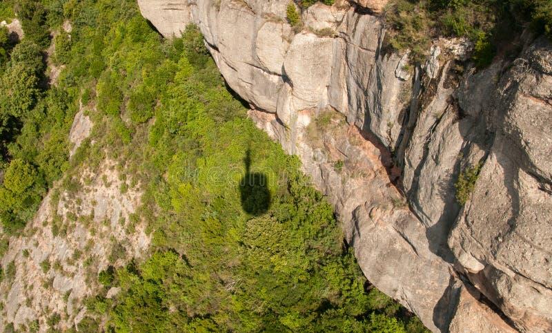 Sombra na grama pelo teleférico a Montserrat Abbey foto de stock royalty free