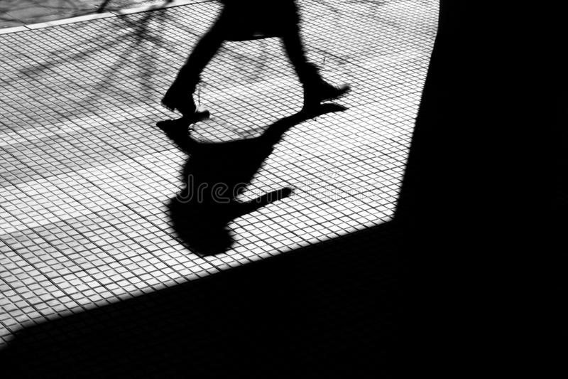 Sombra obscura da silhueta de uma pessoa na cidade no inverno foto de stock royalty free