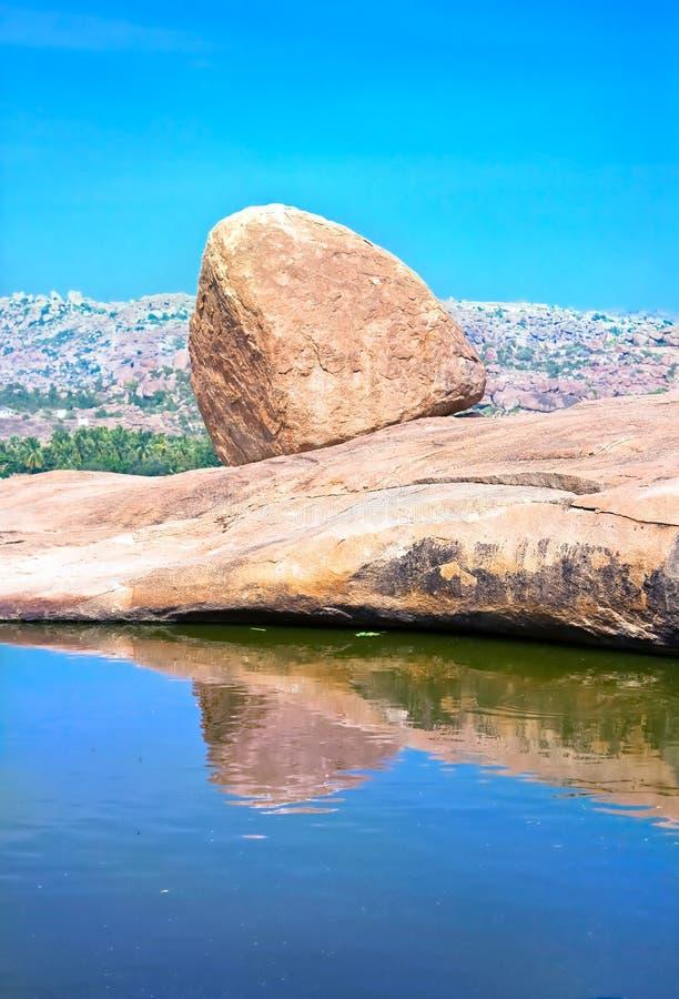 Sombra sola de las rocas en el agua fotografía de archivo