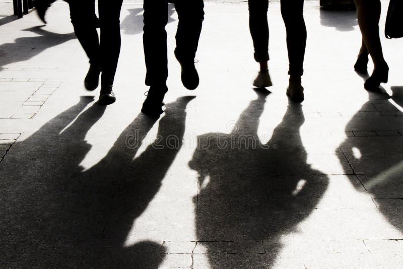 Sombra y silueta borrosas de las calles de la ciudad de la gente que caminan imagen de archivo libre de regalías