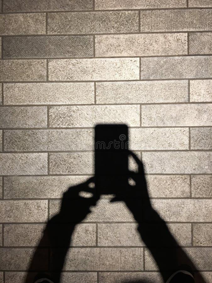 Sombra y sombra de las manos de las mujeres fotos de archivo