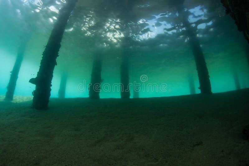 Sombras abaixo de um molhe em Indonésia fotografia de stock