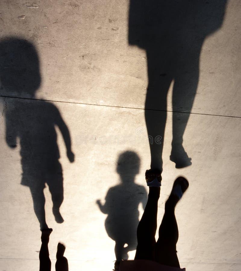 Sombras borrosas de la madre con dos niños del niño fotografía de archivo