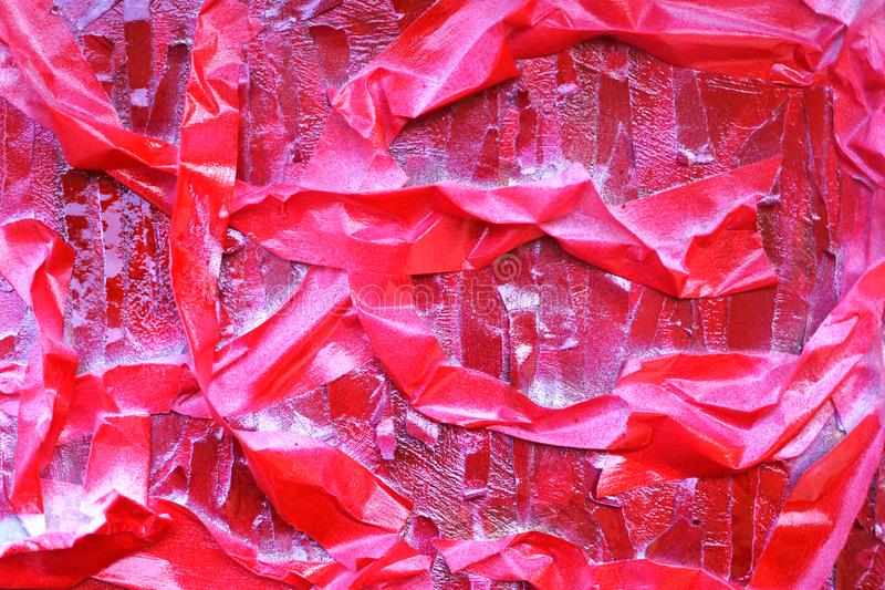 Sombras brillantes del rojo rayas del escarlata en la superficie texturizada fotos de archivo