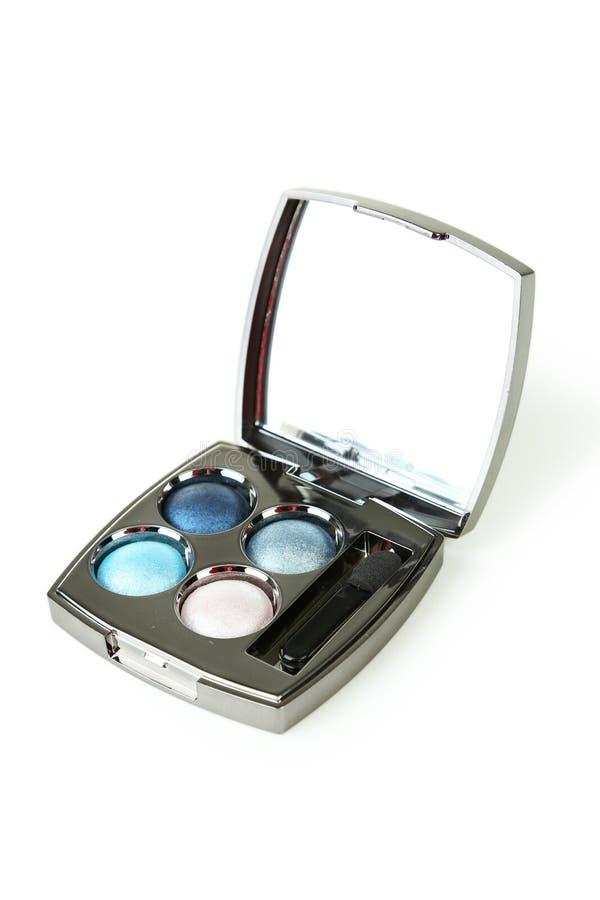 Sombras compactas con el espejo y el cepillo aislados en un blanco imagen de archivo libre de regalías