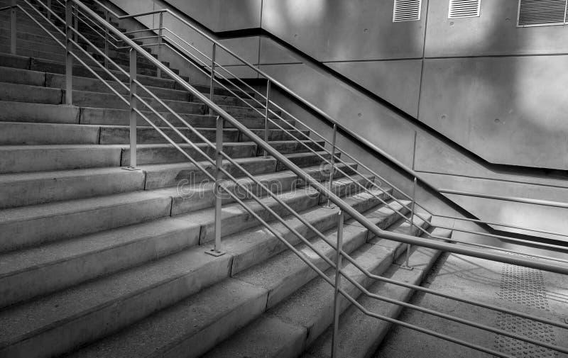 Sombras concretas de las escaleras y de las barandillas en distrito moderno imagenes de archivo