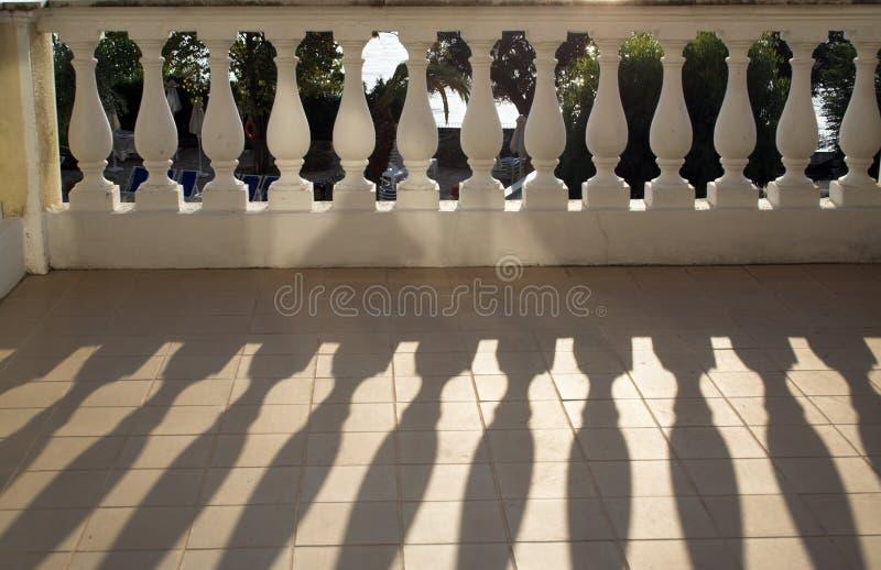 Sombras da carcaça da balaustrada na luz do sol imagens de stock