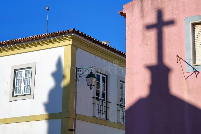 Sombras da igreja Nossa Senhora DAS Dores de Matriz em fachadas coloridas dentro da cidade velha de Monchique, o Algarve fotografia de stock