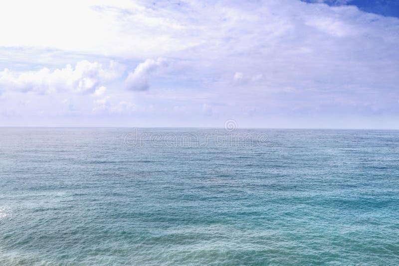 Sombras de alternancia del mar Mediterráneo claro y límpido del azul con el cielo nublado y de la salida del sol en playa próxima fotografía de archivo libre de regalías